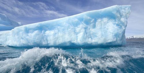"""ผวา!! """"ภูเขาน้ำแข็งพลิกตัว"""" ส่อเกิดแผ่นดินไหวขนาด 5.0 และคลื่นยักษ์สึนามิ !!"""