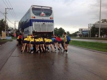 ว่อนเน็ต! ภาพนักวอลเลย์บอลสาวเวียดนาม เข็นรถทัวร์ไทย