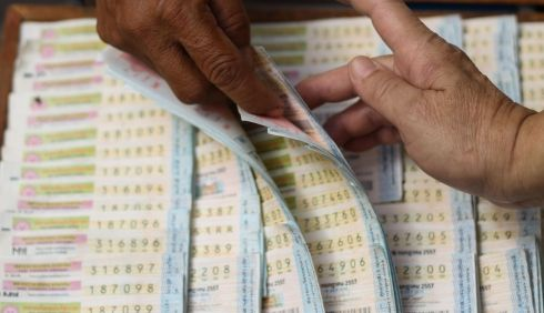จำหน่ายสลากฯ ใหม่วันแรก ปชช ยังสับสนเรื่องขนาดและเงินรางวัล
